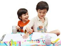 Wenig Geschwisterjungenmalerei-Wasserfarbe stockbilder