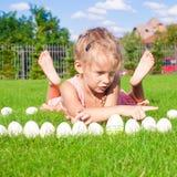 Wenig glückliches und lustiges Mädchen, das mit Ostern spielt stockfotos