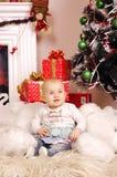 Wenig glückliches Weihnachtsmädchen Lizenzfreie Stockfotos