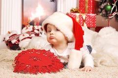 Wenig glückliches Weihnachtsmädchen in Sankt Hut Lizenzfreie Stockfotografie