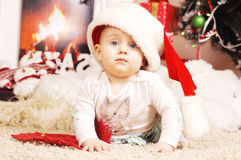 Wenig glückliches Weihnachtsmädchen in Sankt Hut Stockfoto