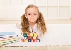 Wenig glückliches zur Schule zurück gehen des Mädchens nicht zu Lizenzfreie Stockbilder