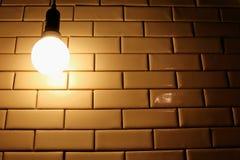 Wenig Glühlampe auf der Wand Stockfotografie