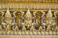 Wenig goldenes riesiges schönes mit Edelstein, Thailand Stockfotografie