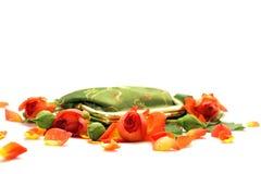 Wenig grüner Beutel in den Rosen Stockfotos