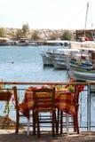 Wenig griechische Gaststätte durch den Hafen Lizenzfreies Stockfoto