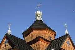 Wenig hölzerne Dorfkirche gegen den Himmel lizenzfreie stockbilder