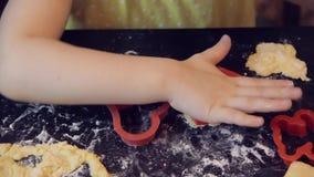 Wenig hübsches Kindermädchen, das Zimt-Lebkuchen-Plätzchen macht Weihnachts- und des neuen Jahreskonzept 2019 rote Plastikformen, stock footage