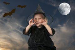 Wenig Halloween-Hexe, nachts Stockfotografie