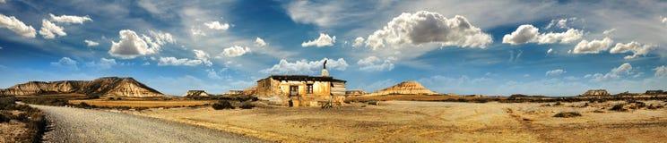 Wenig Haus auf dem panoramischen Bild des Graslandes Lizenzfreies Stockfoto