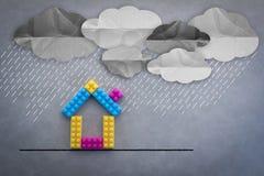 Wenig Haus, das im strömenden Regenpapier naß erhält, schnitt die technischen Ideen Stockfotos