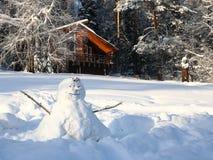 Wenig Haus im schneebedeckten Holz Stockfotos