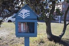 Wenig Haus mit Büchern für Spende stockfoto