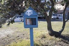 Wenig Haus mit Büchern für Spende lizenzfreie stockbilder