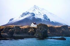 Wenig Haus vor großem Berg Stockbilder