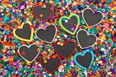 Wenig Herzen auf Konfettis Stockbilder