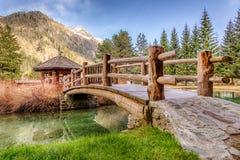 Wenig Holzhaus mit einer Brücke in Gressoney Stockfotografie