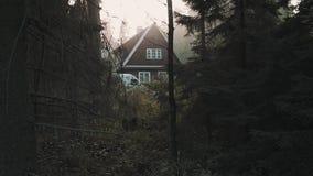 Wenig Holzhauskabine im tiefen Holz, warmes Licht stock footage
