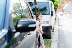 Wenig 7 Jahre alte Junge während seiner Straße zur Schule Lizenzfreies Stockfoto