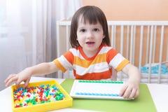 Wenig 3 Jahre Jungenspiele mit Mosaik Stockbilder