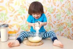 Wenig 2 Jahre Küche der Jungenköche zu Hause Lizenzfreies Stockfoto