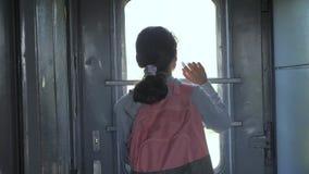Wenig Jugendliche ist ein reisender Lebensstil des Wanderers durch Zug Reisetransport-Eisenbahnkonzept touristische Schule stock footage