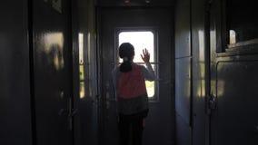 Wenig Jugendliche ist ein Wanderer, der mit dem Zug reist Reisetransport-Eisenbahnkonzept touristische Schule des Lebensstils stock video footage