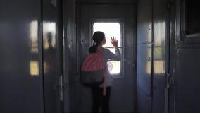 Wenig Jugendliche ist ein Wanderer, der mit dem Zug reist Reisetransport-Eisenbahnkonzept Touristischer Schullebensstil stock footage