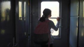 Wenig Jugendliche ist ein Wanderer, der mit dem Zug reist Reisetransport-Eisenbahnkonzept touristisches Schulmädchen herein stock footage