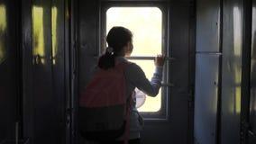 Wenig Jugendliche ist ein Wanderer, der mit dem Zug reist Reisetransport-Eisenbahnkonzept Touristisches Schulmädchen herein stock video footage