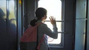 Wenig Jugendliche ist ein Wanderer, der mit dem Zug reist Reisetransport-Eisenbahnkonzept touristisches Schulmädchen herein stock video