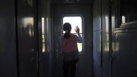 Wenig Jugendliche ist ein Wanderer, der mit dem Zug reist Reisetransporteisenbahn-Konzeptlebensstil Tourist stock video footage
