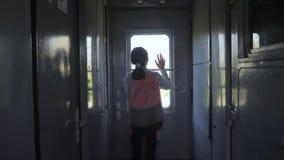 Wenig Jugendliche ist ein Wanderer, der mit dem Zug reist Reisetransporteisenbahn-Lebensstilkonzept touristische Schule stock footage