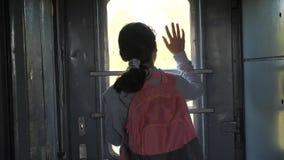 Wenig Jugendliche ist ein Wandererlebensstil, der mit dem Zug reist Reisetransport-Eisenbahnkonzept touristische Schule stock video