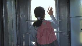 Wenig Jugendliche ist Lebensstil ein den Wanderer, der mit dem Zug reist Reisetransport-Eisenbahnkonzept Touristische Schule stock video