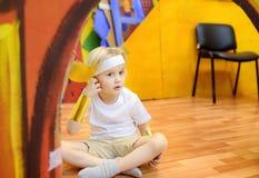 Wenig Junge beteiligt in Studio das Theater der Leistungskinder lizenzfreie stockfotografie