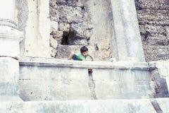 Wenig Junge, der alte Architektur, Lebensstilleute auf Sommerferien erforscht lizenzfreies stockbild