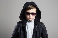 Wenig Junge im Hoodie und in der Sonnenbrille Stilvolles Kind lizenzfreies stockbild
