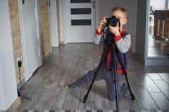 Wenig Junge macht ein Foto lizenzfreie stockfotos