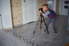 Wenig Junge macht ein Foto lizenzfreies stockfoto