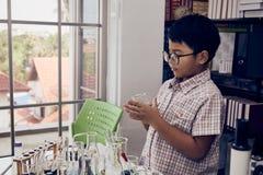 Wenig Junge mit den Gläsern, die Becher halten lizenzfreies stockbild