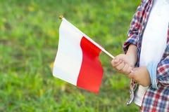 Wenig Jungenh?nde halten Flagge lizenzfreie stockfotografie