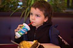 Wenig Jungenkinderporträt-Gesichtskind im Café lizenzfreie stockfotos