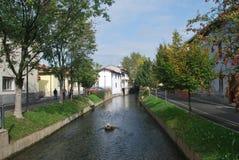 Wenig Kanal mitten in einer kleinen Stadt lizenzfreie stockbilder