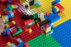 Wenig Kinder spielen Spielwaren im Haus lizenzfreies stockfoto