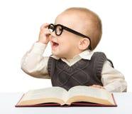 Wenig Kinderspiel mit Buch und Gläsern Stockfotografie
