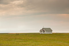 Wenig Kirche auf dem Grasland stockbild