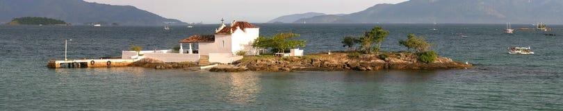Wenig Kirche auf einer Insel stockbilder