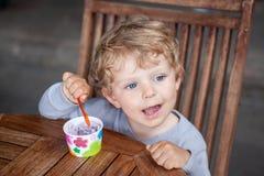 Wenig KleinkindessenEiscremesommer Lizenzfreie Stockfotografie