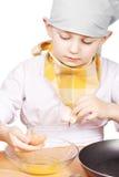 Wenig kochen das Brechen des Eies lizenzfreies stockbild